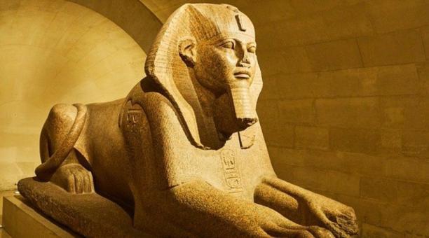 Imagen referencial: Una estatua egipcia con la nariz rota en exhibición en el Museo del Louvre de París. Pixabay