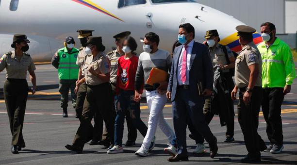 Las niñas reportadas como desaparecidas, y que fueron localizadas en Perú, regresaron a Quito y estaban acompañadas por su padre, el ministro de Gobierno, Gabriel Martínez y miembros de la Policía. Foto: Patricio Terán/ EL COMERCIO