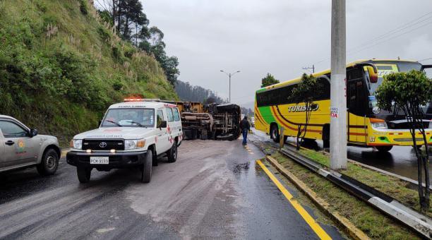 Accidente de tránsito en la autopista General Rumiñahui este martes 27 de abril del 2021. Foto: Twitter@PichinchaGob