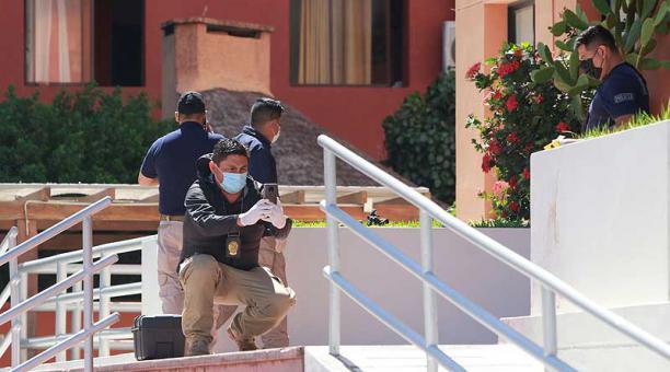 Según los paramédicos que llegaron al lugar, la pareja perdió la vida de forma instantánea por el impacto de la caída. Foto: EFE