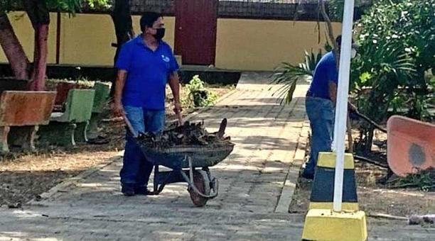 Pese a que las clases continuarán de forma telemática, en Manabí se continúa con la limpieza y mantenimiento de las escuelas para evitar el deterioro. Foto: cortesía Zonal 4 de Educación