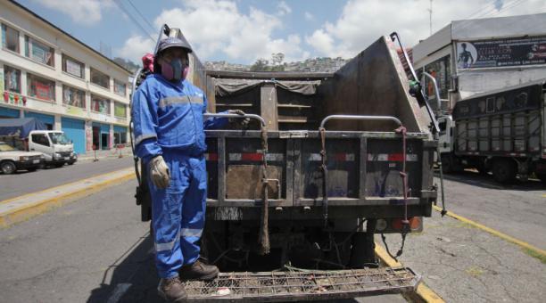 Todos los días, Patricio Guachamín  trabaja en la recolección de desechos en el Centro Histórico de la capital. Foto: Julio Estrella / EL COMERCIO