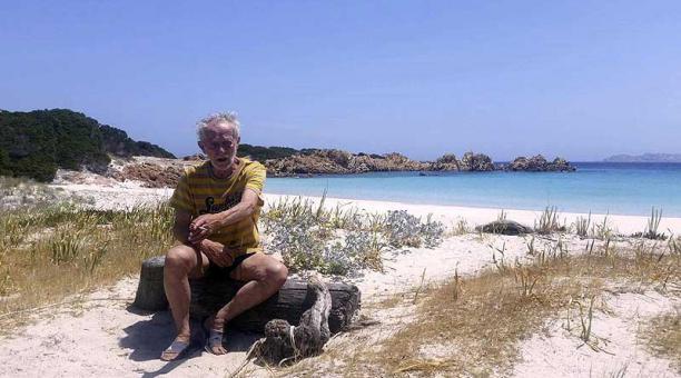 Mauro Morandi, de 82 años, llegó por casualidad a la isla de Budell en 1989 mientras intentaba llegar por mar desde Italia a la Polinesia. Foto: EFE / Ansa
