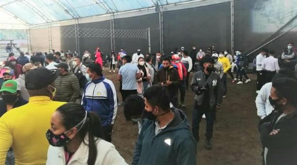 En una cancha de ecuavóley, en González Suárez, cantón Otavalo, había 300 personas, pese a las prohibiciones. Cortesía:  Gobernación de Imbabura