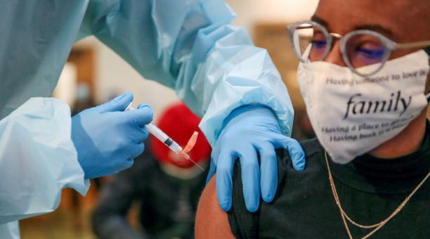 Los estadounidenses completamente vacunados sí que deben seguir llevando tapabocas en espacios cerrados. Foto: EFE