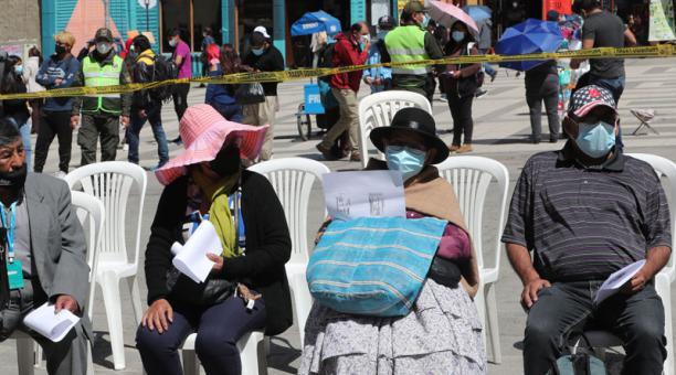 Ciudadanos bolivianos esperan ser vacunados en la Universidad Mayor de San Andrés, en La Paz (Bolivia). Foto: EFE