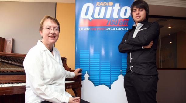 Carmen Toledo Ridder, con su pupilo Andrés Villamarín, en las oficinas de Radio Quito. Foto: Archivo El Comercio