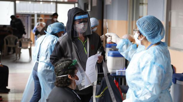 La mañana de ayer, en el Colegio Benalcázar, en Quito, se normalizó la atención del plan de vacunación, luego del caos registrado el lunes. Foto: Diego Pallero / EL COMERCIO