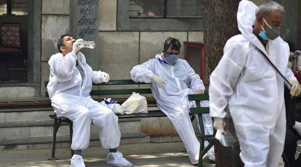 Cada día la India registra más de 300 000 nuevos contagios de covid-19. Foto: EFE