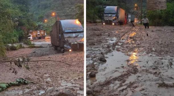 Los vehículos quedaron atrapados en el fango, luego del derrumbe registrado en la vía Alóag- Santo Domingo. Fotos: Cortesía
