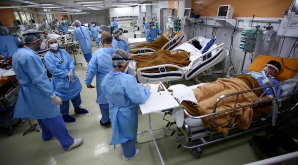 Trabajadores médicos atienden a los pacientes en la sala de urgencias del hospital Nossa Senhora da Conceicao que está saturado por el brote de coronavirus, en Porto Alegre, Brasil. Foto: Reuters