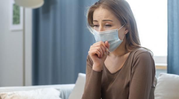 Los aerosoles que se expiden al hablar, toser, cantar son los más peligroso para el contagio de covid-19. Foto: Freepik