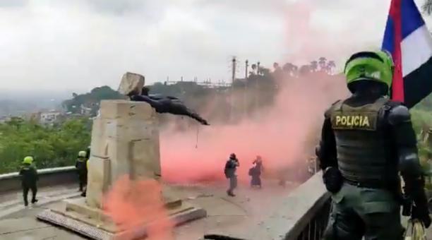 La estatua de Benalcázar no se desprendió completamente de su pedestal porque la Policía intervino antes de que los manifestantes terminaran su acto. Foto: Captura