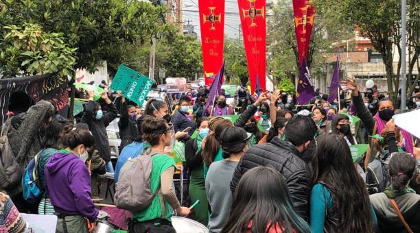 Activistas en favor de la despenalización del aborto se convocaron en los exteriores de la Corte Constitucional este miércoles 28 de abril del 2021. Foto: Galo Paguay / El Comercio
