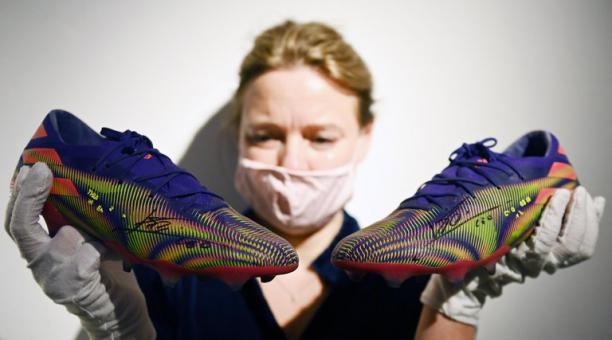 Los zapatos de Messi son parte de una subasta. EFE