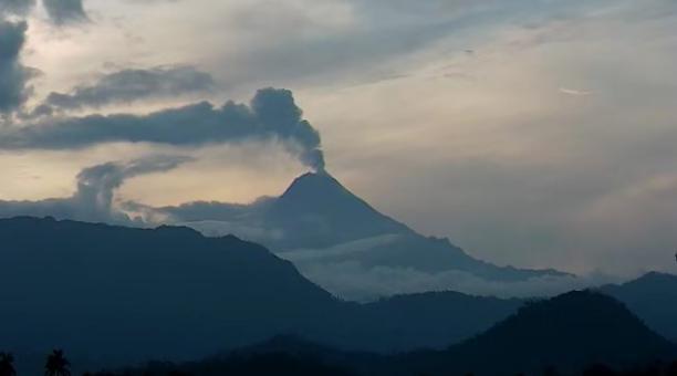El Instituto Geofísico alertó sobre la posible caída de ceniza en tres provincias, luego de la reciente actividad del volcán Sangay. La emisión de ese material ha sido constante, según las imágenes captadas por el IG. Foto: Twitter IG