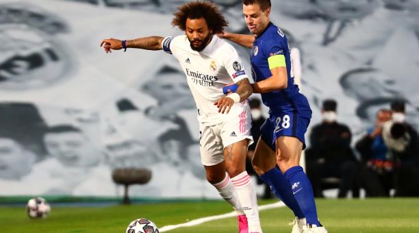 El defensa Marcelo del Real Madrid frente a Azpilicueta del Chelsea durante el partido de ida de la semifinal de la Liga de Campeones en el Estadio Alfredo Di Stefano de Madrid. Reuters
