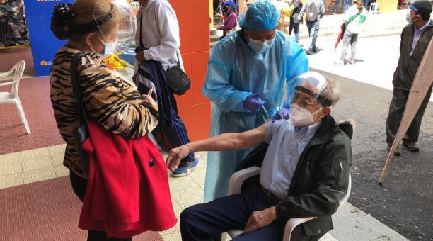 Inmunización a un adulto mayor en el Colegio Sebastián de Benalcázar el martes 27 de abril del 2021. Foto: Diego Pallero / El Comercio