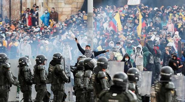 Miles de colombianos salieron este 28 de abril a las calles en una jornada multitudinaria que avanza de manera pacífica, con excepción de Cali y Bogotá (foto), donde han ocurrido desórdenes y saqueos. Foto: EFE