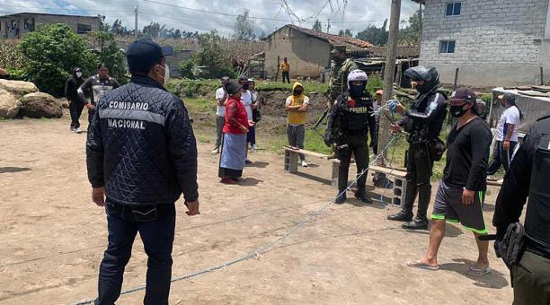 El pasado sábado 24 de abril del 2021, unas 50 personas se reunieron para observar un partido de ecuavóley, en González Suárez, en Otavalo. Foto: cortesía