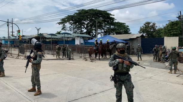 Las Fuerzas Armadas llegaron en la mañana de este miércoles 28 de abril del 2021 a los exteriores de la Penitenciaria. Foto: El Comercio