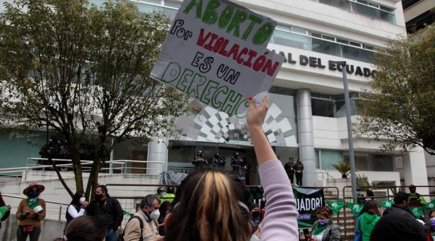 Siete de los nueve jueces de la Corte Constitucional del Ecuador votaron a favor de la despenalización del aborto. El organismo guardó hermetismo sobre los términos hasta la notificación. En las afueras del edificio, grupos provida y organizaciones de muj