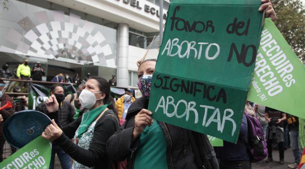 A las afueras de la Corte Constitucional se concentraron ayer grupos a favor y en contra del aborto. Foto: Galo Paguay/ EL COMERCIO.