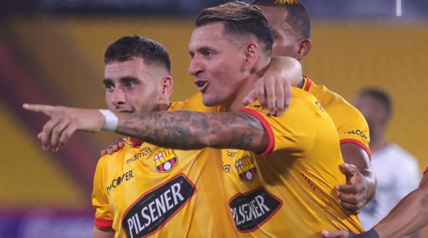 Carlos Garcés (centro) y Emmanuel Martínez (izq.), goleadores de Barcelona ante The Strongest. Foto: @BarcelonaSC