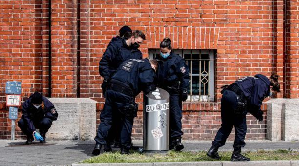 Agentes de Policía inspeccionan el centro de residencia de personas con discapacidad, en donde una mujer habría causado la muerte a cuatro víctimas. Foto: EFE