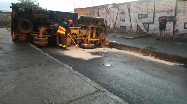 El vehículo quedó volcado en la av. Mariscal Sucre, sobre la vía que conecta con la calle Flavio Alfaro, en el norte de Quito. Foto: Cuerpo de Bomberos de Quito