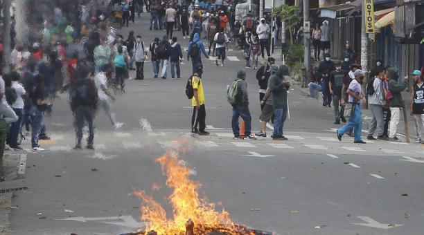 Manifestantes se enfrentan a las autoridades en las protestas contra la reforma tributaria convocadas por las centrales obreras en Colombia. Foto: EFE