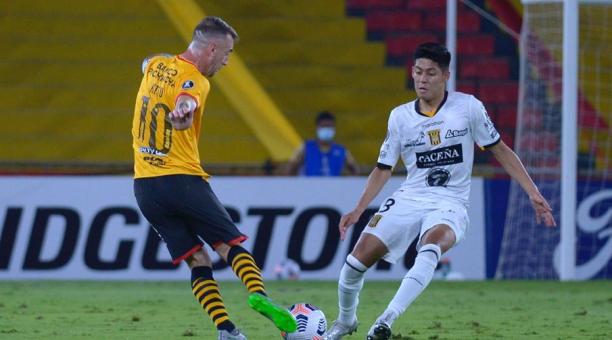 Damian Díaz (i) de Barcelona SC disputa un balón con Ramiro Vaca de The Strongest hoy, en un partido de la Copa Libertadores entre Barcelona SC y The Strongest en el estadio Monumental Isidro Romero en Guayaquil (Ecuador). EFE