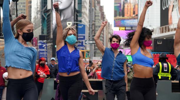 Artistas forman parte de una performance en Broadway en anticipación de reapertura de Broadway en la ciudad de Nueva York, EEUU, 12 de marzo del 2021.
