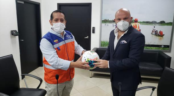 Rommel Salazar, de la Secretaría de Gestión de Riesgos, y Miguel Ángelo Loor de la LigaPro en una reunión del año pasado. Archivo