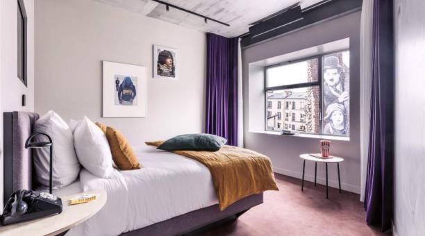 Las 34 habitaciones del Hotel Paradiso están equipadas con proyectores láser profesionales. Foto: culturainquieta.com