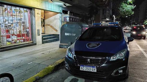 La noticia del suicidio del escritor fue confirmada por la Policía argentina, que constató que en el patio del primer piso del edificio en el que vivía