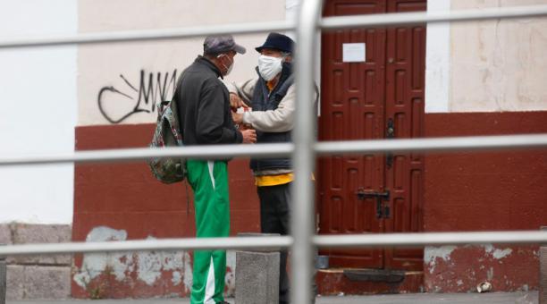 En el bulevar de la 24 de Mayo, en el centro, la presencia de libadores es constante. Foto: Patricio Terán / El Comercio