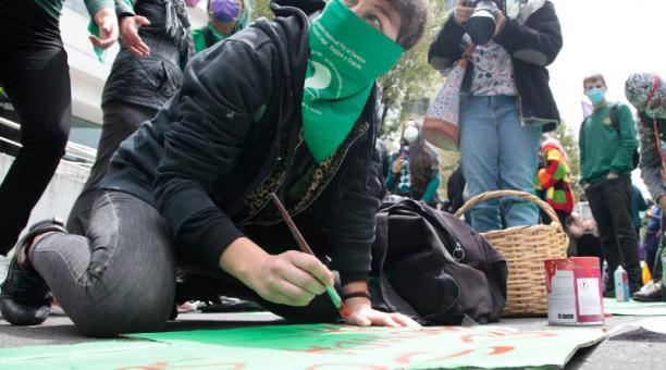 El miércoles, los grupos de defensa de los derechos de la mujer fueron a la CC. Foto: Galo Paguay/ EL COMERCIO