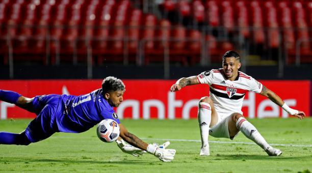 Luciano da Rocha Neves, delantero del Sao Paulo, dispara ante Jonathan Nicolás Rossi Acuña, portero de Rentistas, durante un partido de Copa Libertadores del Grupo E el 29 de abril del 2021. Foto: EFE