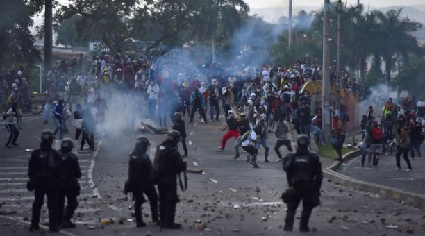 Manifestantes se enfrentan a miembros del ESMAD en la segunda jornada de protestas en contra de la reforma tributaria propuesta por el gobierno de Iván Duque en Cali (Colombia). Foto: EFE