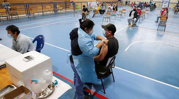 El 'carnet verde' para personas vacunadas con las dosis permitiría el acceso a gimnasios, teatros y hoteles, entre otros. Foto: Reuters