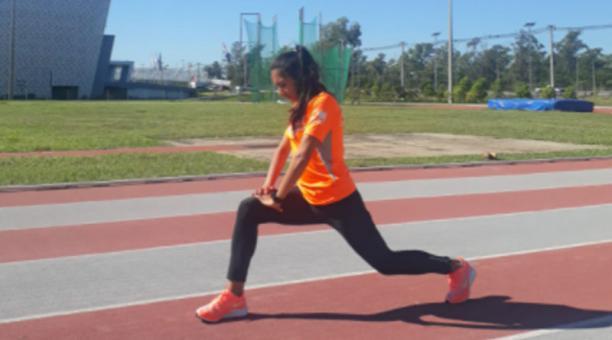 Silvia Ortiz durante un calentamiento en la pista del Comité Olímpico de Paraguay en Asunción, el 29 de abril del 2021. Foto: cortesía Freddy Caiza