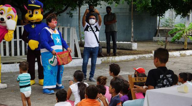 Un grupo de niños migrantes se divierten con la actuación de un payaso, en el albergue Jesús el Buen Pastor, en Tapachula, estado de Chiapas (México). Foto: EFE