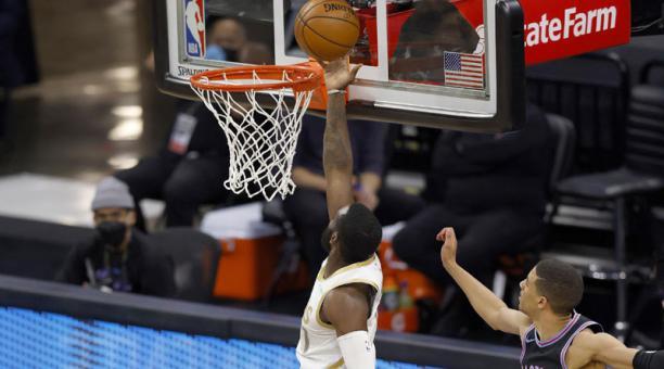 El jugador de los Dallas Mavericks Tim Hardaway Jr. encesta durante un juego de la NBA. Foto: EFE
