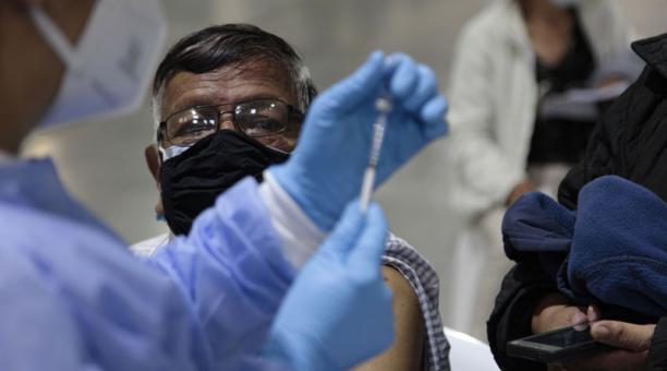 Las personas de 65 años en adelante podrán revisar la cita agendada para la vacunación contra el covid-19 en vacunacion.iess.gob.ec Foto: EL COMERCIO