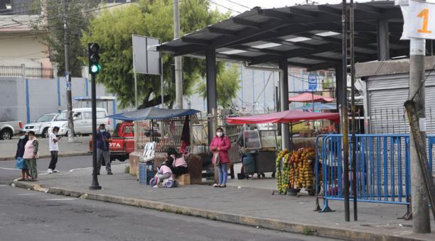 Las familias acudieron a los mercados de Quito, como el Chiriyacu y el Mayorista, para comprar productos que usarán el fin de semana durante el confinamiento. Foto: Vicente Costales/ EL COMERCIO