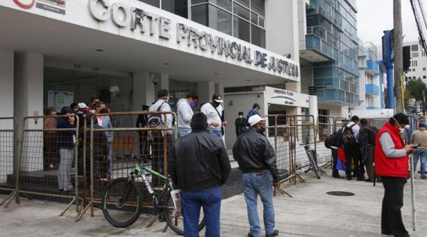 Manifestantes contrarios al Alcalde llegaron el lunes a las afueras de la Corte Provincial de Justicia de Pichincha. Foto: Patricio Terán / EL COMERCIO