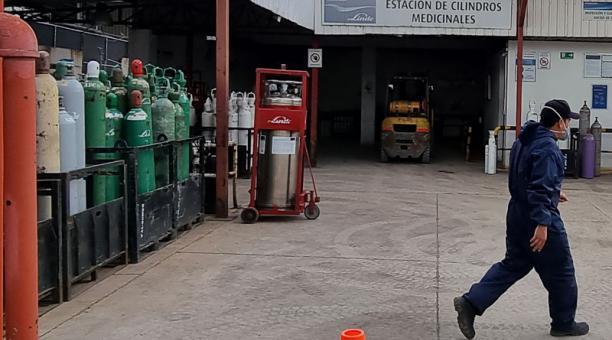 En esta distribuidora ubicada en el Parque Industrial, en el norte de Cuenca, la demanda de oxígeno se triplicó. Ellos traen el producto de Guayaquil. Foto: Lineida Castillo / EL COMERCIO
