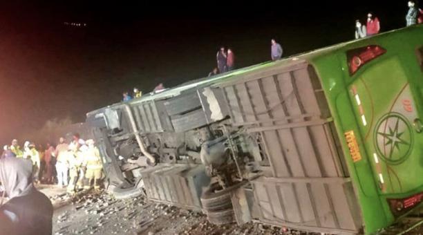 El autobús que trasportaba pasajeros quedó virado a un costado de la vía Panamericana en el sector de Cúnquer, en el cantón Bolívar, en la provincia del Carchi. Foto: Cortesía