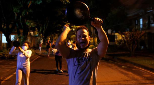 Un hombre golpea una cacerola durante una protesta contra la reforma tributaria propuesta por el gobierno del presidente de Colombia Iván Duque en Cali (Colombia). Foto: EFE